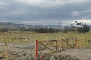 Na pozemku pribudol nový plot.