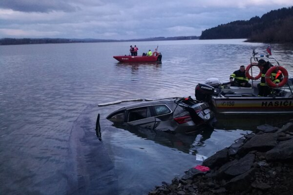 Vodič tohto auta pád do vody neprežil.