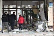 Výbuch poškodil aj budovu miestneho kultúrneho strediska.