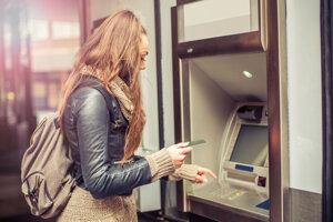 V zahraničí si pri bankomate dajte pozor. Ak ponúkne prepočet na eurá, je to vždy drahšie.