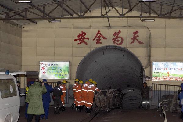 Záchranári pred vstupom do uhoľnej bane po explózii.