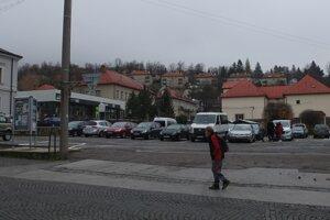 Na parkovisku Jeleň v centre Kremnice sa dnes neplatí, od decembra sa to ale zmení.
