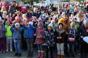 Deti bubnovali, aby ich bolo počuť.