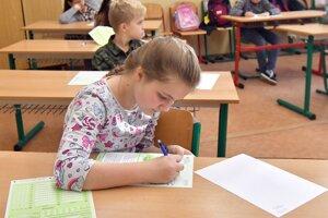 Na snímke piataci počas celoslovenského testovania z matematiky na Základnej škole Komenského v Trebišove v stredu 20. novembra 2019.