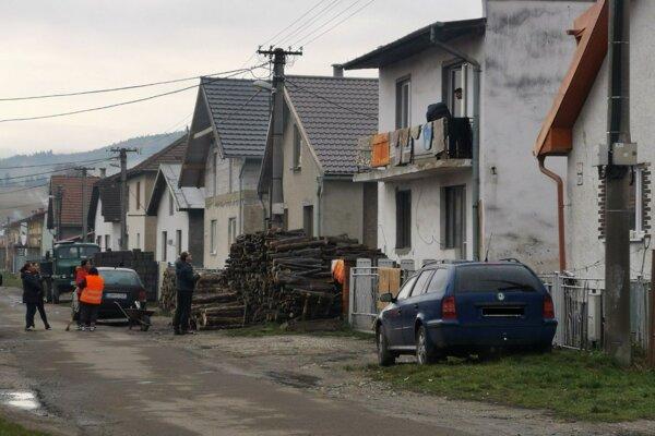 K nešťastiu došlo na tejto ulici, na mieste, kde sú pred domom poukladané drevá.