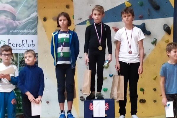 Iba 7-ročný Boris Kuzma (v strede v černom) uspel vo svojej kategórii.