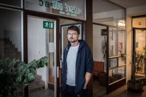 Gabriel Hrustič (39) je klinický psychológ a psychoterapeut, študoval psychológiu na Filozofickej fakulte Univerzity Komenského v Bratislave. Od roku 2006 pracuje v Psychiatrickej nemocnici Philippa Pinela v Pezinku, kde je vedúcim klinickým psychológom. Pracuje tiež v súkromnej ambulantnej praxi a je súdnym znalcom v odbore psychológia.