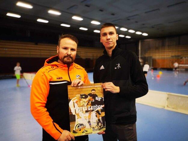 Mestskí rivali sa spojili pre florbal. Martin Kopejtko (vľavo) z Florka a Pavol Popovec z ATU.