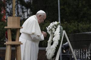 Pri pamätníku obetiam v Nagasaki položil František veniec z bielych kvetov a venoval im tichú modlitbu.
