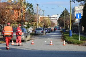 Pracovníci značia miesta pred zavedením parkovacej politiky.
