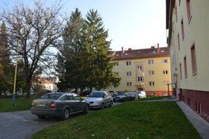 Do vnútrobloku chodia parkovať aj ľudia, ktorí navštevujú nemocnicu.