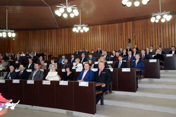 Takto zaplnené poslanecké lavice, ako pri ustanovujúcom zasadnutí martinského zastupiteľstva, už tak často nebývajú.