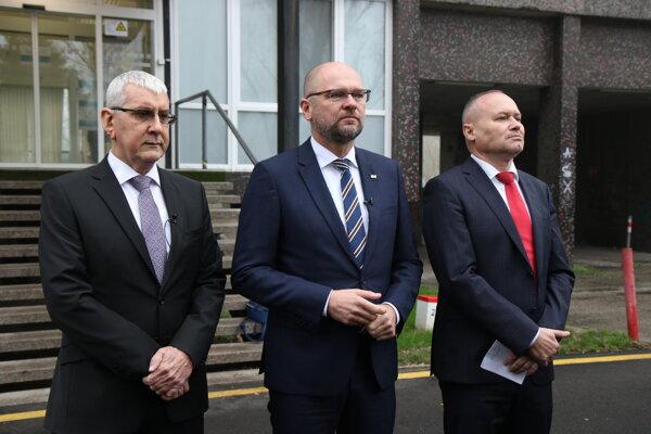 Prezident Združenia podnikateľov Slovenska a deviatka kandidátky SaS Ján Oravec, predseda strany SaS a jednotka na kandidátke Richard Sulík a generálny manažér.