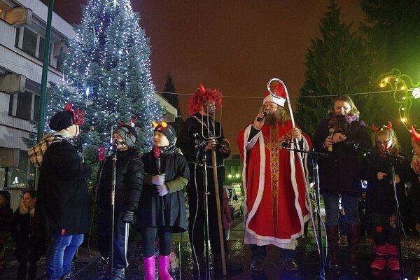 V Považskej Bystrici bude opäť spoločné rozsvecovanie vianočného stromčeka. V oddychovej zóne pri kine Mier pribudne tento rok prekvapenie.
