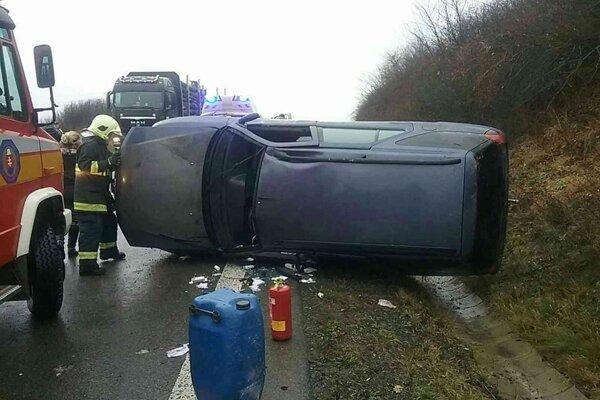 Nehoda pri Holčíkovciach zablokovala dopravu v jednom pruhu.