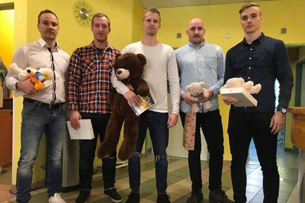 Piati Spišiaci - zľava Novák, Vartovník, Rapáč, Vantroba a Cibák - potešili deti z onkológie rôznymi darmi.