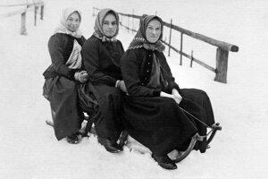 Ženy zo Sásovej na saniach - rok 1937