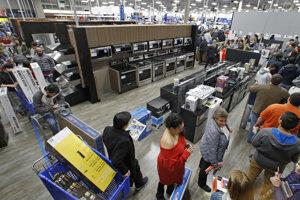 Zákazníci čakajú v rade na zaplatenie v obchodnom dome Best Buy počas výpredajov na tzv. Black Friday.
