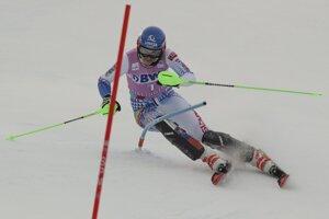 Petra Vlhová na trati prvého kola slalomu.