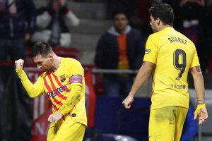 Lionel Messi (vľavo) rozhodol zápas s Atleticom.