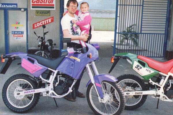 """Ľubomír Janoška v čase, keď """"motorky"""" z kysuckej fabriky putovali do rôznych kútov sveta. Na snímke s dcérkou."""