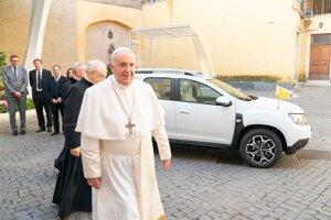 Pápež František sa teší z nového papamobilu. Daciu Duster 4x4 mu darovala skupina Renault