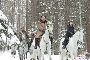 Na fotografii, ktorú poskytla severokórejská vláda, doprevádza Kima na ceste na Pektu aj jeho manželka Ri Sol Ju. Nezávislí novinári nemali prístup na udalosť.