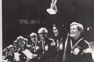 Ako kapitánka čs. reprezentácie preberá pohár za víťazstvo na tradičnom turnaji reprezentačných družstiev v Chebe v roku 1986.