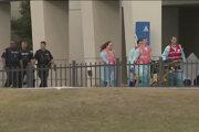Záchranné zložky odvážajú jednu z obetí streľby na leteckej základni v Pensacole na Floride.