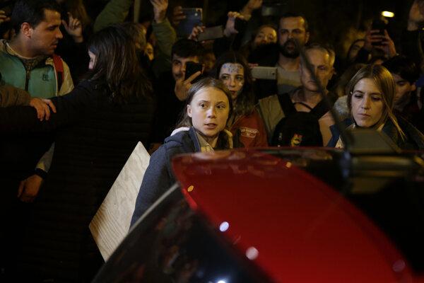 Greta Thunbergová odchádza z demonštrácie v Madride..