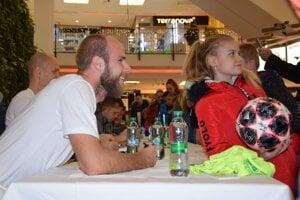 O podpisy i fotografie s hráčmi MŠK Žilina bol veľký záujem.