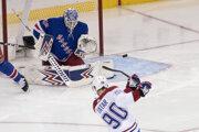 Tomáš Tatar pred brankárom Alexandarom Georgievom v zápase NHL 2019/2020 New York Rangers - Montreal Canadiens.