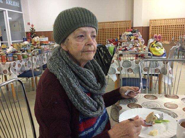 Raňajky v dočasnom ubytovaní v internáte na Volgogradskej ulici. Pani Mária Lehocká býva vo vedľajšej bytovke, ktorú tiež poškodil výbuch a evakuovali ju.