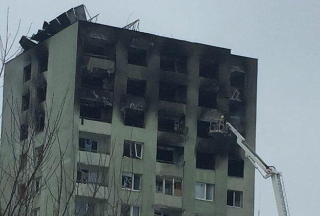 Poškodená bytovka na Mukačevskej 7. Búrať sa zrejme budú minimálne vrchné tri poschodia.