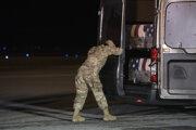Prevoz obetí streľby na základni Pensacola na Floride.