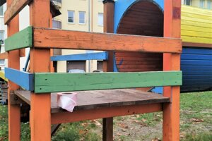 V detskom ihrisku povytrhávali vandali laty.