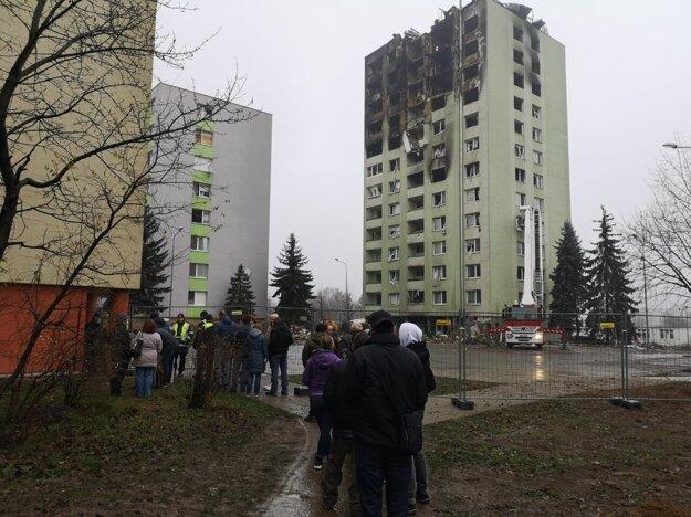 Obyvatelia bytovky č. 5 čakajú na to, kým ich pustia do bytov zabezpečiť nevyhnutné veci.