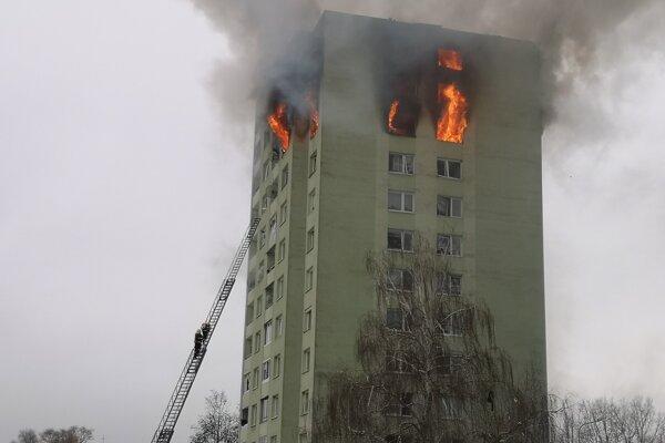 Hasiči v jednej z prvých fáz zásahu pri piatkovom požiari.