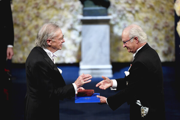 Handke si prevzal ocenenie z rúk švédskeho kráľa Karola XVI. Gustáva.