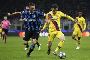 Stefan de Vrij (vľavo) v súboji s Carlesom Perezom v zápase Ligy majstrov 2019/2020 Inter Miláno - FC Barcelona.