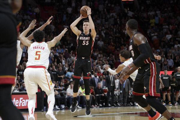Duncan Robinson strieľa na kôš v zápase NBA 2019/2020 Miami Heat - Atlanta Hawks.