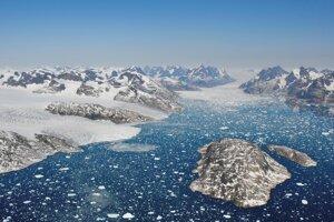Kusy ľadovcov vo vodách fjordu Mogens Heinesen na juhozápade Grónska.