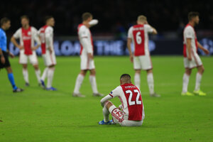 Smutní hráči Ajaxu Amsterdam po vypadnutí z Ligy majstrov 2019/2020.