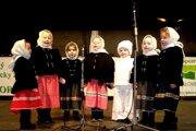 Detský folklórny súbor Slniečko z Detvy spieva vo Zvolene vianočné koledy.