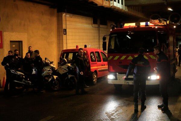 Policajti a záchranári po útoku muža v dištrikte La Defense.