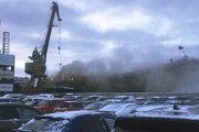 Z lode Admiral Kuznecov stúpa dym. Murmansk, 12. decembra 2019. Fotografiu poskytol anonymný zdroj.
