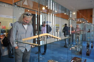 Okrem názornej ukážky štiepania kameňa návštevníci uvidia aj suroviny či typické kamenné nástroje.
