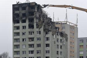 Búranie zničenej bytovky.