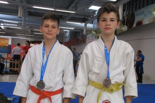 Martin Zvara (vľavo) obhájil prvenstvo v rebríčku oddielu Mladosť Relax R. Sobota.