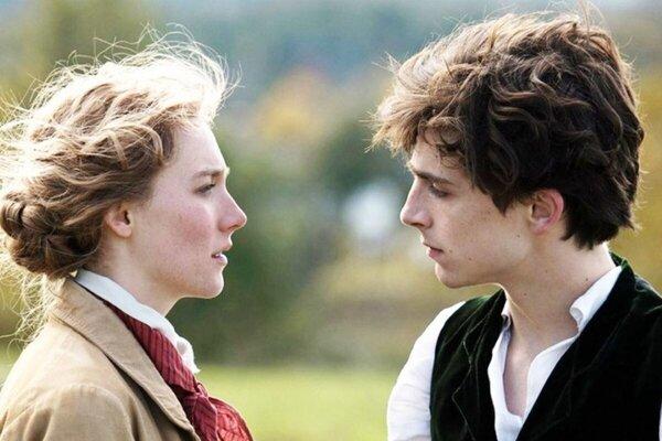 Saoirse Ronan a Timothée Chalamet vo filme Malé ženy.